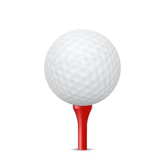 Golfbal op een rood t-stuk, geïsoleerd.