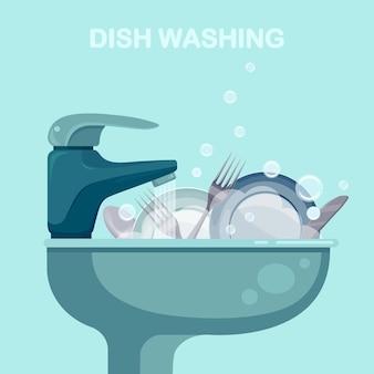 Gootsteen met vuile keukengerei, keukengerei, borden, rommelig huis. handmatig afwassen of huis schoonmaken