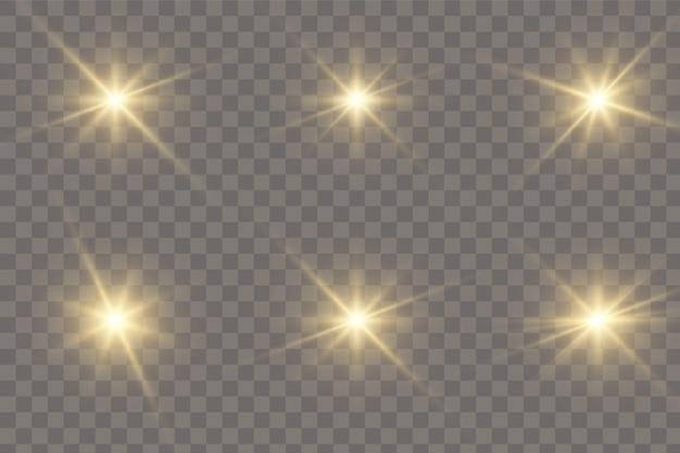 Goud gloeiend licht explodeert op een transparante achtergrond. sprankelende magische stofdeeltjes. heldere ster. transparante stralende zon, felle flits