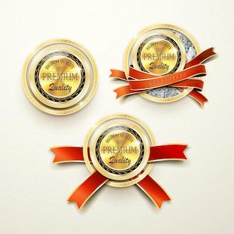 Gouden etiketten van topkwaliteit met diamantelementen op een beige achtergrond
