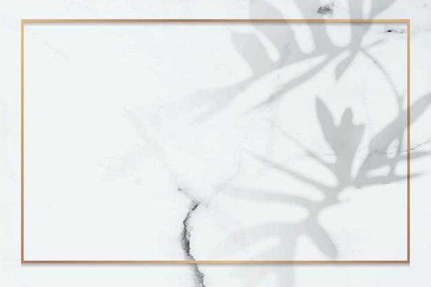 Gouden frame met philodendron radiatum bladpatroon op witte marmeren achtergrond