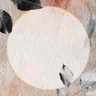 Gouden frame op een tapijt met aardetinten patroon
