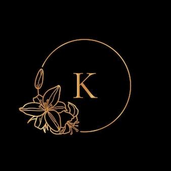 Gouden frame sjabloon lily flower en monogram concept met de letter k in minimale lineaire stijl. vector bloemenembleem met exemplaarruimte voor tekst. embleem voor cosmetica, mode, schoonheid