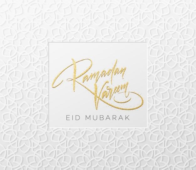 Gouden glitter belettering ramadan kareem op het arabische meisjesachtige naadloze patroon. achtergrond voor feestelijk ontwerp.