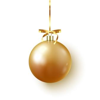 Gouden kerstbal met lint en strik op wit