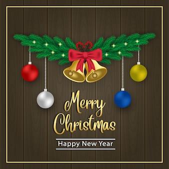Gouden klokken en balhangers op een bruine houten achtergrond van kerstmis