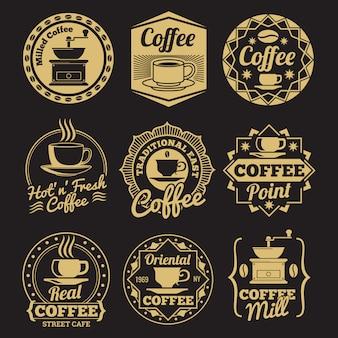 Gouden koffiewinkeletiketten op zwarte achtergrond