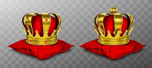 Gouden koninklijke kroon voor koning en koningin op rood kussen.