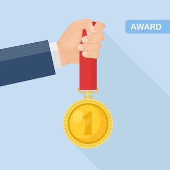 Gouden medaille met rood lint voor de eerste plaats in de hand. trofee, winnaarstoekenning die op achtergrond wordt geïsoleerd. gouden kentekenpictogram. sport, zakelijke prestatie, overwinningsconcept. plat ontwerp