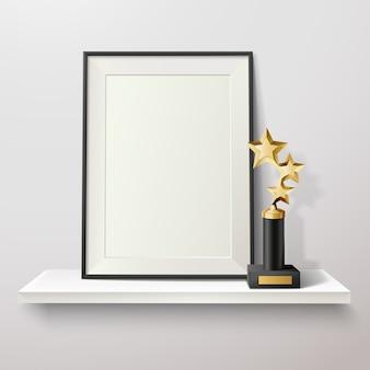 Gouden stertrofee en leeg kader op witte plank op witte vectorillustratie als achtergrond