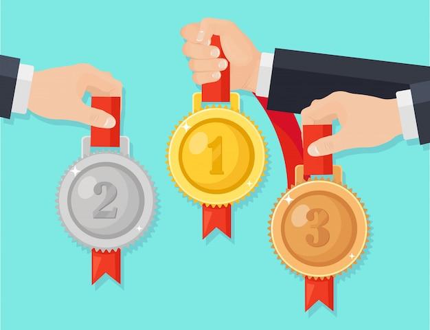 Gouden, zilveren, bronzen medaille voor de eerste plaats in de hand. trofee, onderscheiding voor winnaar op achtergrond. set van gouden badge met lint. prestatie, overwinning. cartoon illustratie