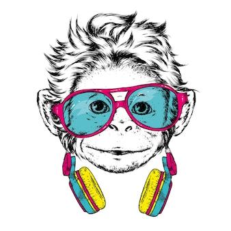 Grappige aap met bril en koptelefoon