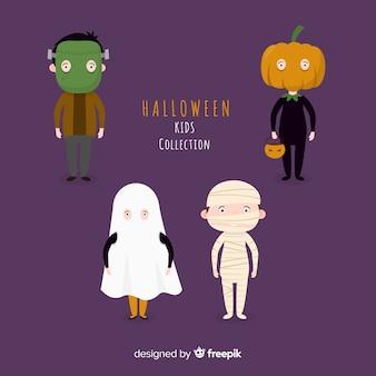 Grappige en leuke halloween-kostuumjonge geitjes die met purpere achtergrond worden geplaatst