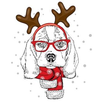 Grappige hond met bril en met hoorns. nieuwjaar en kerstmis.