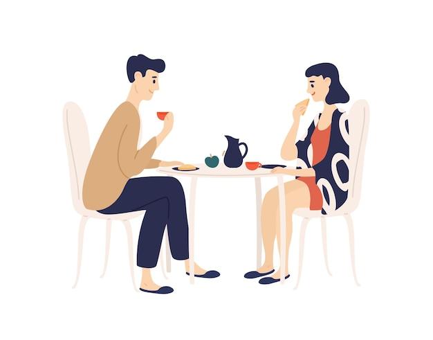 Grappige jonge man en vrouw aan tafel zitten en ontbijt eten in de ochtend