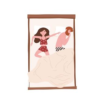 Grappige jonge paar liggend ontspannen onder deken. leuke man die aan de zijkant slaapt en een vrouw die zichzelf op bed uitspreidt. meisje en jongen die thuis dutten. bovenaanzicht. platte cartoon kleurrijke vectorillustratie.