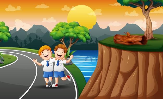 Grappige twee jongens lopen naar school