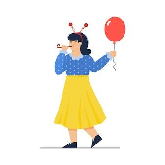 Grappige vrouw die in feestelijk vakantietoestel rode ballon houdt Premium Vector