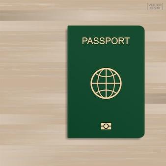 Groen paspoort op houten patroon en textuurachtergrond.