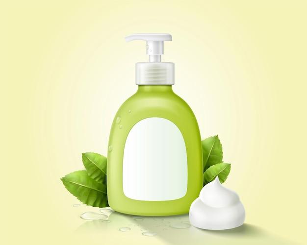 Groene dispenserfles voor handwas versierd met romig schuim en kruidenblaadjes