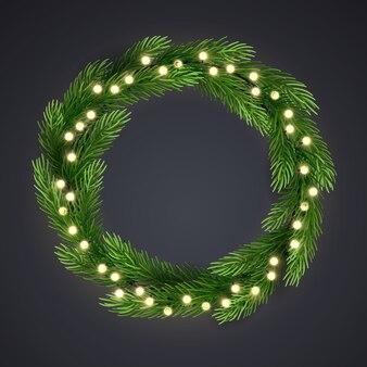 Groene kerstkrans met gloeilamp en pijnboomtakken.