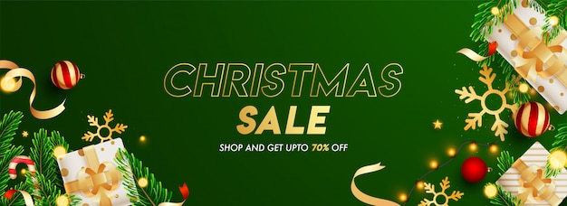 Groene koptekst of banner versierd met geschenkdozen, kerstballen, sneeuwvlok, pijnboombladeren, lichtslinger en 70% kortingsaanbieding voor kerstmis sale.