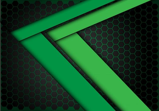 Groene pijl snelheidsrichting op hexagon mesh achtergrond.