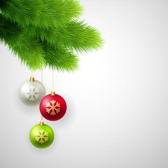 Groene pijnboomtakken met witte, rode en gouden ballen.