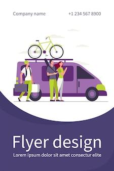 Groep actieve toeristen die zich bij voertuig verzamelen. minivan met fiets bovenop bewegende platte flyer-sjabloon