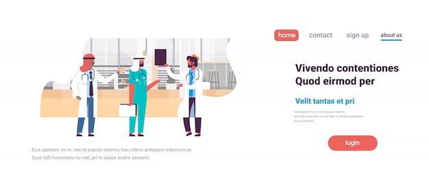 Groep arabische mannen artsen stethoscoop ziekenhuis communicatie