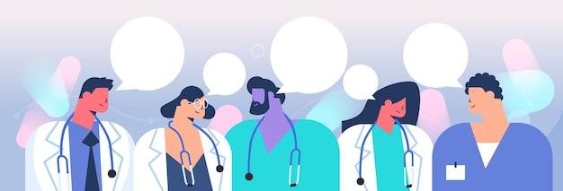 Groep artsen bespreken tijdens de vergadering praatjebel communicatie gezondheidszorg geneeskunde concept horizontale portret vectorillustratie