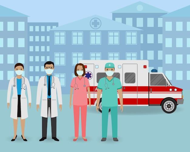 Groep artsen en verpleegsters met maskers die zich op een ambulanceauto en een kliniekachtergrond verenigen. medisch team.