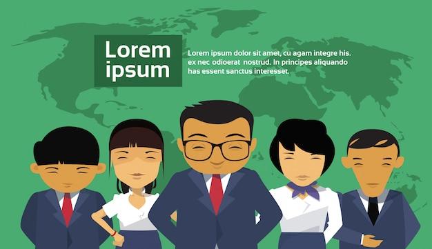 Groep aziatische bedrijfsmensen over wereldkaart