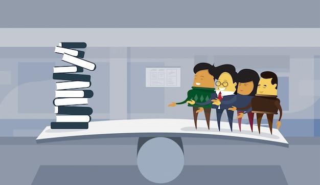 Groep aziatische zakenmensen versus boekenstapel op de achtergrond van het bureau van de saldoschaal