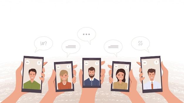 Groep bedrijfsarbeiders videobellen door in hand smartphone