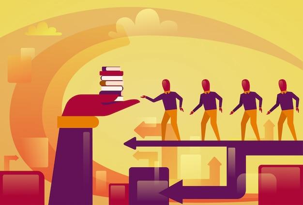 Groep bedrijfsmensen die aan hand lopen die stapel van boekenonderwijs en knowladge concept houden