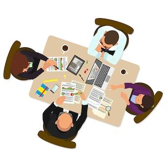 Groep bedrijfsmensen die in bureaulijst werken.