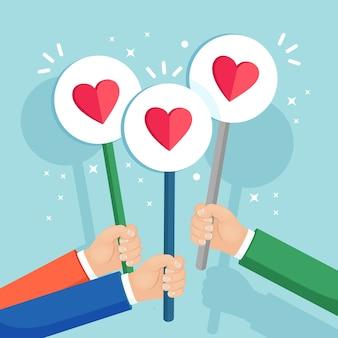 Groep bedrijfsmensen met rood hartaanplakbiljet. sociale media, netwerk. goede mening. getuigenissen, feedback, klantrecensies, zoals concept.