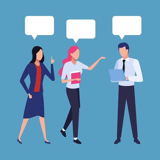 Groep bedrijfsmensengroepswerk met de karakters van toespraakbellen