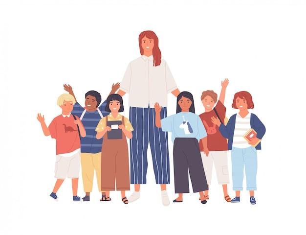 Groep blije schoolkinderen of leerlingen en vrouwelijke leraar die zich verenigen.
