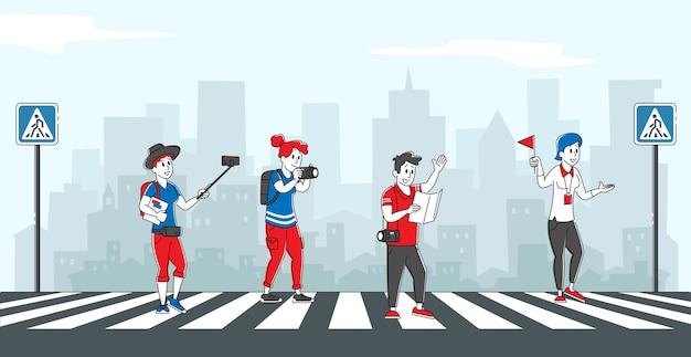 Groep buitenlandse toeristen die city street door crosswalk oversteken