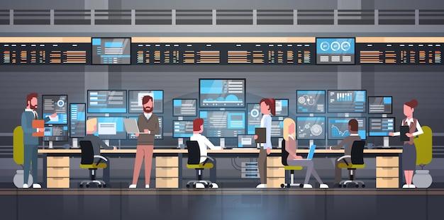Groep die mensen met beursmonitoring verkoop online handelconcept werken