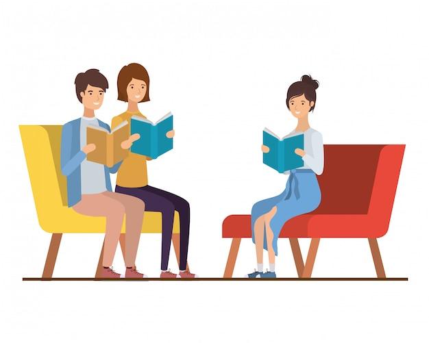 Groep die mensen op stoel met boek in handen zit