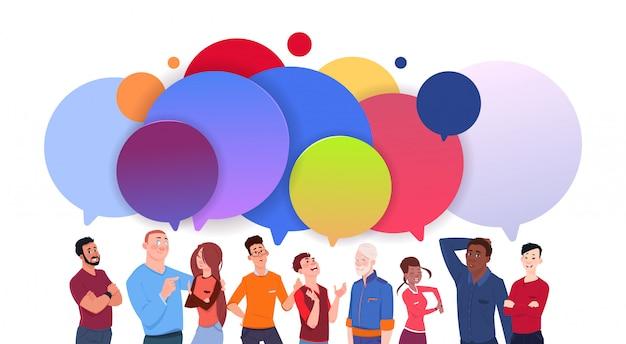 Groep diverse mensen met kleurrijke praatjebellen beeldverhaal mannen en vrouwen sociale media communicatie