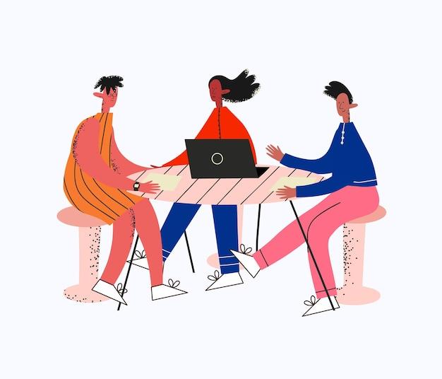Groep etnische verschillende mensen en geslachten tijdens een zakelijke bijeenkomst die aan tafel praat