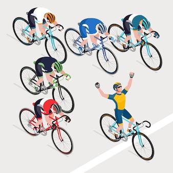 Groep fietsers van de mens in de wielrennen op de weg kreeg de winnaar van de wielerwedstrijd