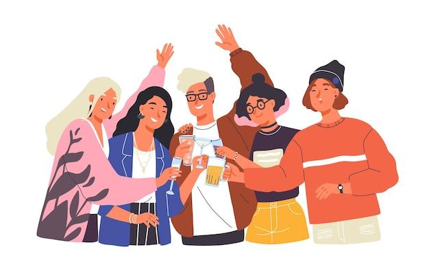 Groep gelukkige jongens en meisjes die glazen rammelen en alcohol drinken op een feestelijk feest