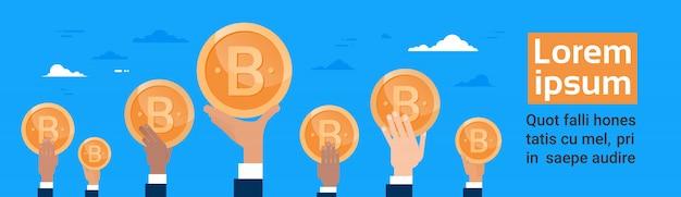 Groep handen die bitcoin crypto valuta digitaal of virtueel webconcept horizontaal banne houden