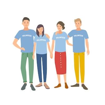 Groep jongeren die t-shirts met vrijwilligerswoord op het dragen. team van mannen en vrouwen die zich voor geïsoleerd liefdadigheidsorganisatie aanmelden