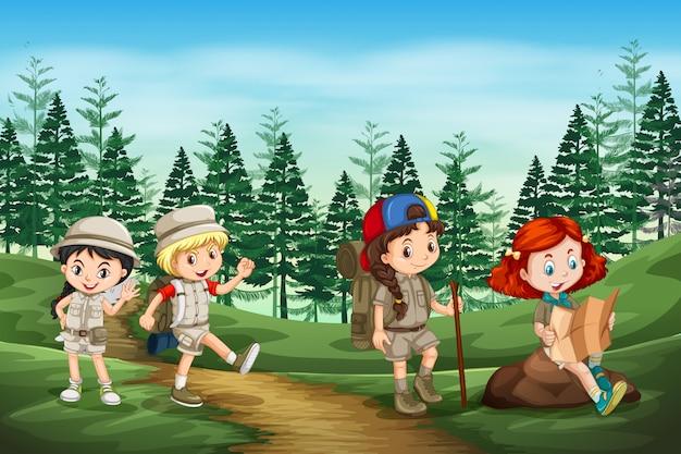 Groep kamperen kinderen in de natuur